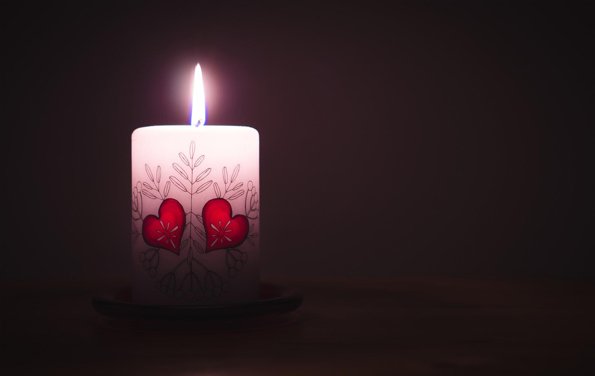 Una candela è un regalo fai da te per San Valentino che stupirebbe  il tuo partner